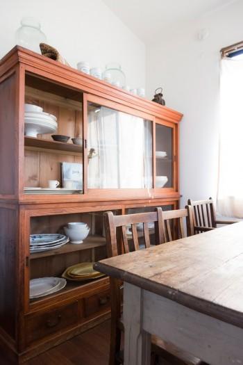 水屋箪笥に収められたアンティークも普段使い。