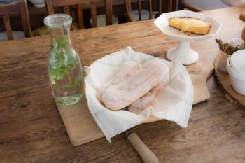 毎朝シルバさんが焼き上げるパン。素朴な味わいが魅力。ベランダで育てたミントを入れたお水も欠かさない。