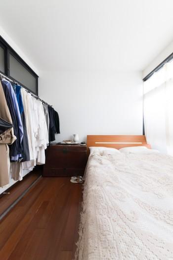 ベッドルームは必要なものだけを置いてシンプルに。オリジナルブランド「THE FACTORY」の服を愛用。