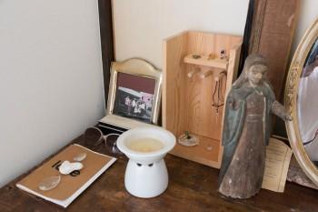 200年前のマリア像など、ヨーロッパで見つけたアンティークを飾る。