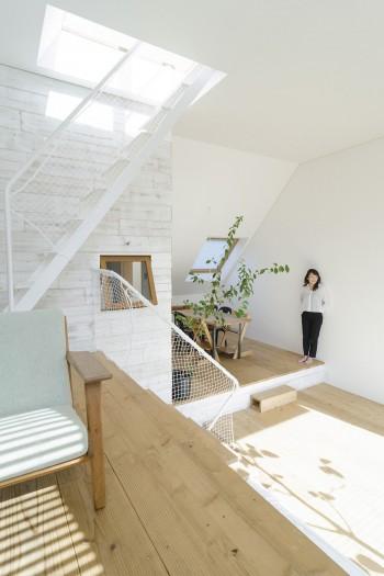 """上のリビングから奥にダイニングを見る。""""外""""部分の床材には建築の足場用の35mm厚のスギ材が使われている。"""