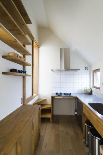 """3階のキッチン。""""家""""の内部は""""外""""とは使用する材を変えている。床も一般的に使用されているフローリングに。"""