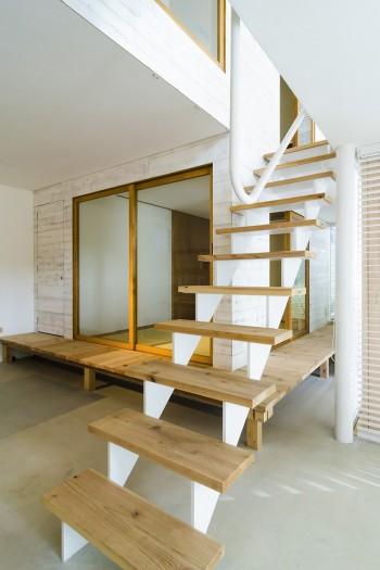 1階の土間スペースから見る。奥の和室は客間として使用している。