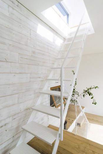 屋上へと至る階段。