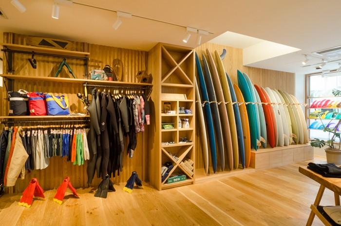 サーフィン関連のギアはボード、ウェットスーツ、フィンなど幅広いアイテムを展開。スタッフはサーフィン愛好者が多く、ギア選びも頼りになる存在だ。