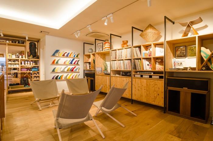 壁にはたくさんのレコードが並ぶ。こちらは実際に店内で流れる音楽として使用されている。中には、クリス氏が都内のレコードショップで見つけてきた日本の名曲もあるとか。