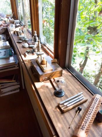 顕微鏡やパズルや楽器、小川待子さんの器やキャンドル……。お気に入りのモノたちが窓際に並ぶ。