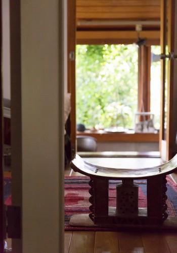 アシャンティーの椅子。アフリカ西海岸地方の男が成人すると、自分のために木から削りだして作る。香を炊けるようになっている。