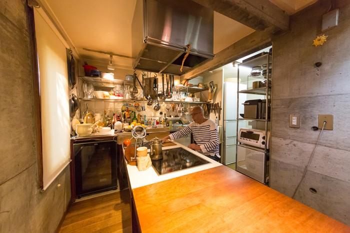 半島型なら、ひとりで料理を作ってそのまま食べるのにも、客人と会話しながら料理を作るのにも都合がいい。