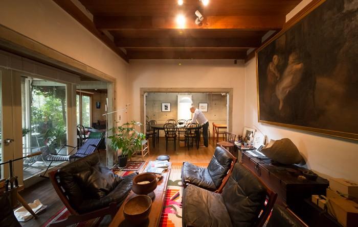 ここが阿部邸の「中心」。左の大きな絵は、フランスの画家、ウジェーヌ・カリエール。義父がパリで模写したものだそうだ。
