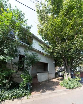 敷地に対して斜めに家が建っている。玄関の前の三角のスペースは、クルマを停めたり、訪れた人と話をする場所になる。