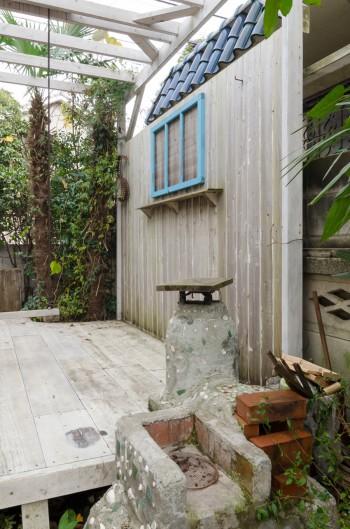 デッキを設けたことで庭が明るく蘇り、生活の楽しみが倍増。ブランコはそらちゃんのために取り付けた。