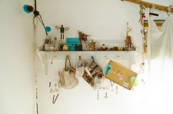 手作りの小物やバッグなどを飾り付けて楽しむ。