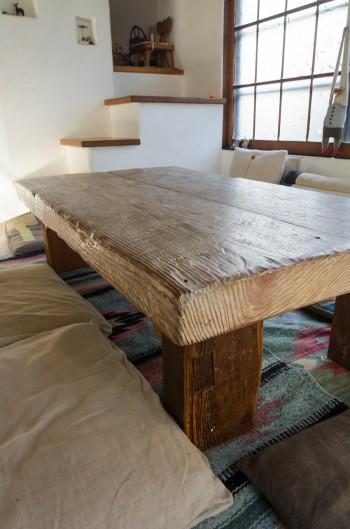 親子で食事をするリビングのテーブルもアンティークの古材で。