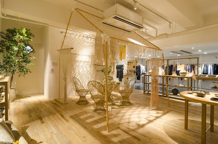 ポートランド出身のマクラメ・アーティスト、エミリー・カッツ。建築学的で繊細なデザインのマクラメ作品が並ぶ。