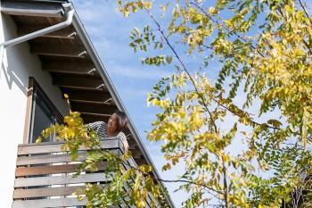 2階ベランダに出れば、葉山の太陽と風を心地よく感じる。