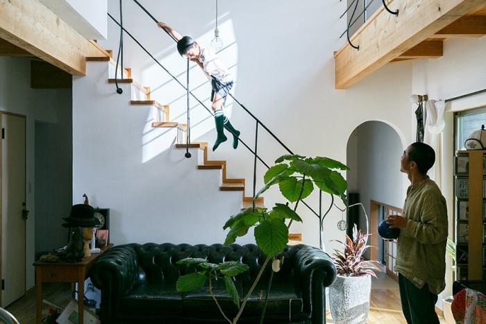 吹き抜けからの光が落ちて明るい1階。空間のアクセントにしたまっすぐな階段は、拓君のいい遊び場所に。
