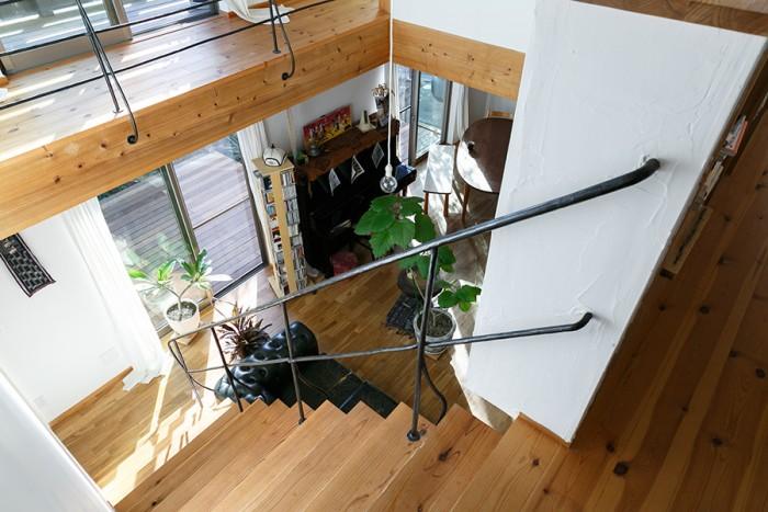 階段上から1階を見る。吹き抜けの周りを囲む廊下は、1階の天井であり2階の床でもある。