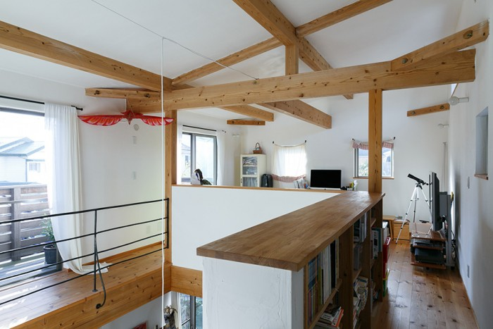 2階。天井板は張らず梁を見せたつくり。奥に見えるのが多目的スペース。
