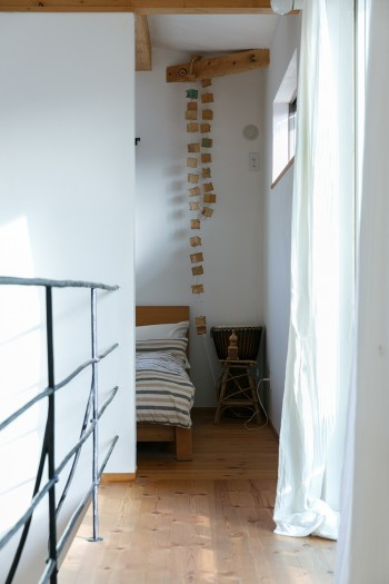 2階の端のベッドを置いた寝るスペース。ここにも扉はない。