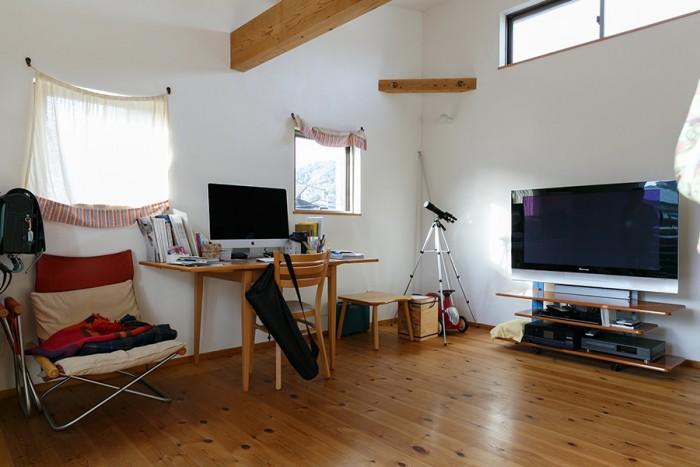 2階の多目的スペース。パソコン作業をしたり、テレビを見たり、拓君が勉強したり、各自が好きなように使う。