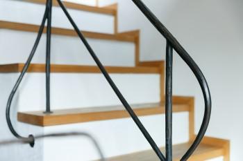 鉄の質感と柔らかい曲線が印象的な階段の手すり。