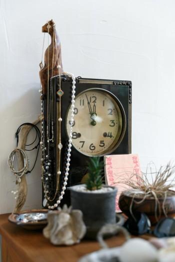 伸一郎さんの実家にあった古い振子時計。「音がうるさいのと時間がなかなか合わないので、動かさずインテリアにしてしまいました(笑)」(伸一郎さん)。