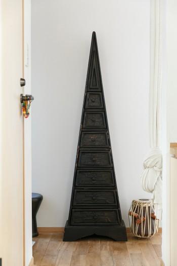 三角形の収納棚は、伸一郎さんの実家で使われていたもの。