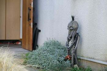 玄関先に置かれた謎の置物は、伸一郎さんが昔から持っていたそう。「近所の子どもたちが面白がってます」(久美さん)。