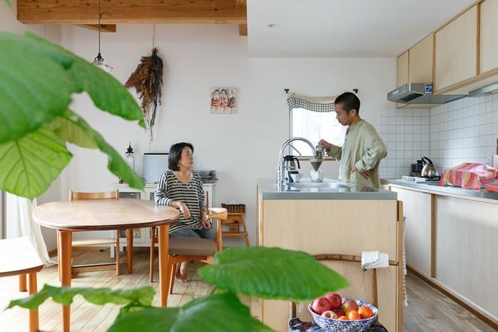コーヒーを淹れて一息。夫妻お気に入りの豆は近所のお店で購入している。ダイニングテーブルの向きは気分によって変えているそう。