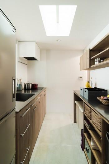 キッチンの上にもトップライトが設けられている。