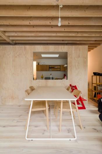 テーブルはこの家のためのオリジナル。これも夫妻の人柄に合わせてやさしい印象のデザインになっている。