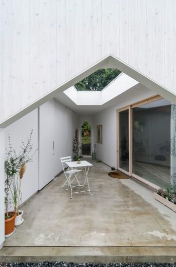 外部でもあり内部でもあるようなこの空間に入る際に、家に入るという気持ちになってもらうために家型デザインにした。