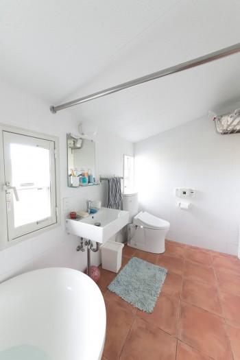 テラコッタの床を敷いたバスルームは、清潔感にあふれる。