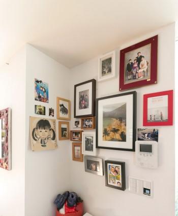 家族の写真をフォトフレームに。並べ方、色の合わせ方がギャラリー風。