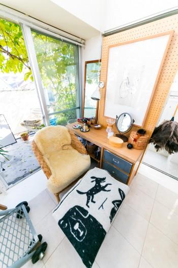 悦子さんのくつろぎスペース。写真の左下に写っているのが階段の脚の部分。なんとダンベルが使われている!