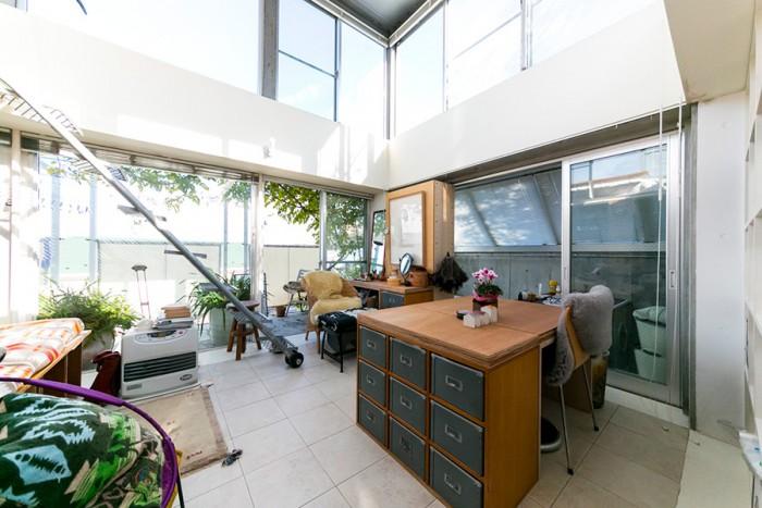1階に植えたノウゼンカズラが2階のテラスに緑の木陰を作っている。キャビネットは無印良品のもの。