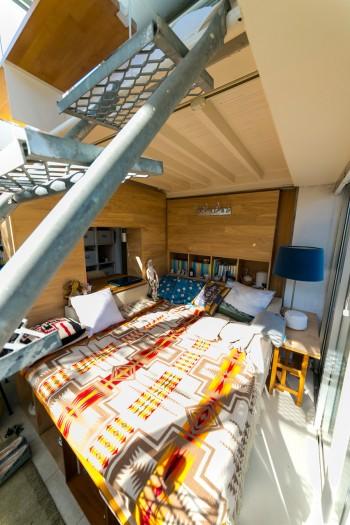 カウチソファをベッドとして使用。ベッドカバーにしているのはペンデルトンのブランケット。