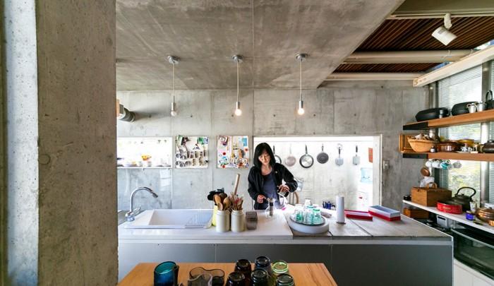 アイランド型のキッチン。カウンターは鉄で枠を作り、天板や食洗機をはめ込んである。「冷蔵庫もこの下に収まっています」