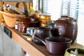 お寺で使われていた柱を棚板に。「棚に好きな食器や調理器具を並べると、こんな色合いの統一感になるようです(笑)」