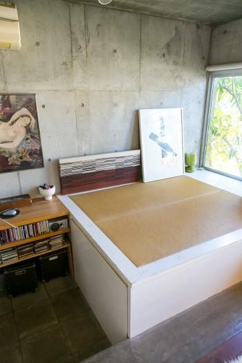 ご主人のリクエストで急遽作ったという2畳の畳スペース。引き出しには布団が入っていて、ご主人はここに布団を敷いて寝ている。