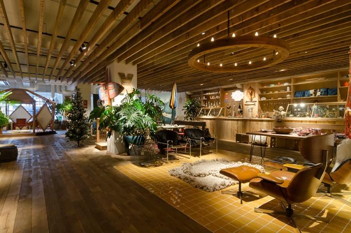 2階スペースの中心にはイームスのヴィンテージ家具など置かれている。