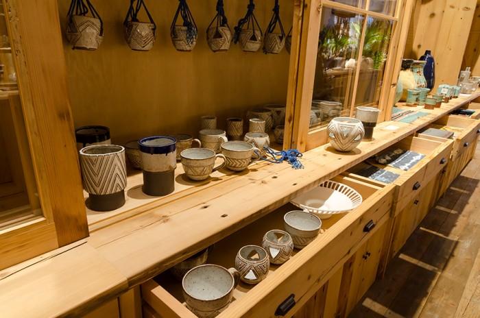 ア クエスチョン オブ イーグルスはすべてハンドメイドで作られ、1回の窯焼きで10個までしか焼かないことで、耐久性の高い陶器を生み出すこだわりを持つ。1つ1つの表情の異なる焼きあがりも魅力の一つだ。