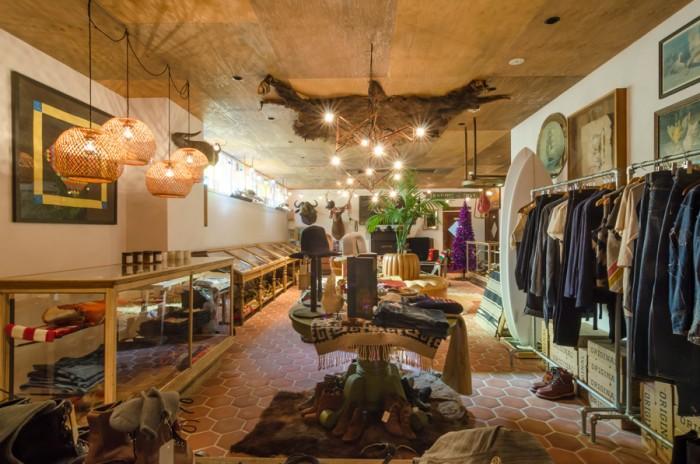 L.Aから取り寄せたタイルに、熊谷氏のコレクションから革張りのソファを配置し、壁にははく製や動物の毛皮などを飾った色濃い空間となっている。