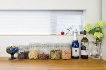 キッチンの棚にきれいに並べられた香辛料など。