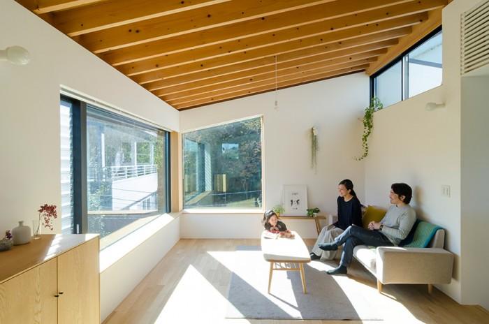 家の東側につくられたリビング。朝から部屋中に光が行き渡る。梁を見せたデザインが山荘風。