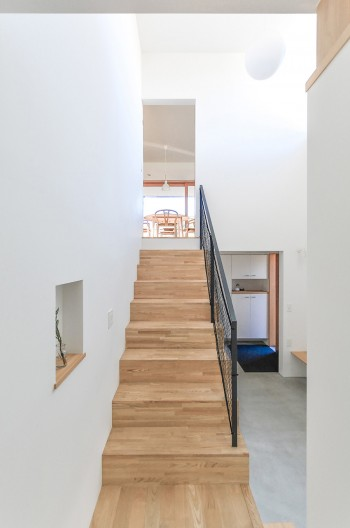階段を上ると西側にあるダイニングにいたる。右奥に玄関。