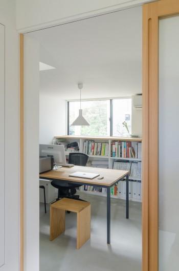 1階の内田さんの事務所スペース。この右側に和室がある。