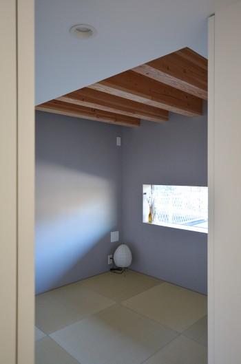1階の西側につくられた和室。横長の窓が特徴的。