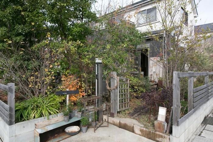 20本ほどの樹木が生い茂る広々とした庭の奥に家が構える。常緑樹よりも落葉樹が多く、季節の移り変わりを楽しめる。